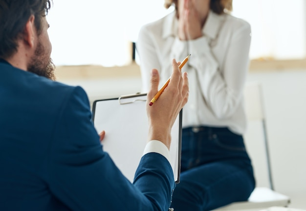 Mężczyzna i kobieta na sesji psychologicznej