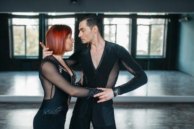 Mężczyzna i kobieta na treningu ballrom dance w klasie