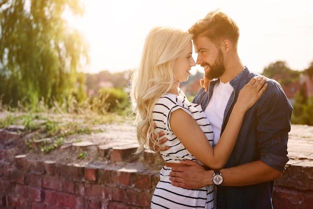 Mężczyzna i kobieta obejmując się w słońcu