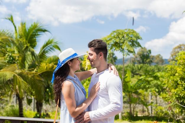 Mężczyzna i kobieta obejmuje outdoors