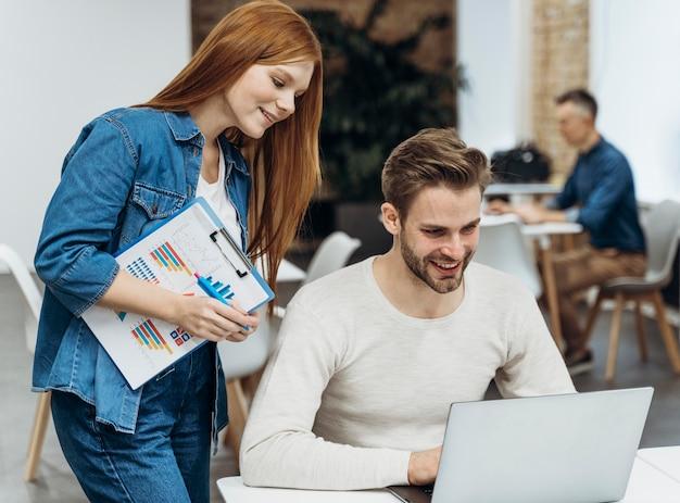 Mężczyzna i kobieta omawiający projekt biznesowy na spotkaniu