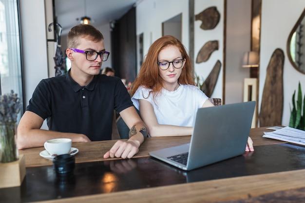 Mężczyzna i kobieta patrząc na ekranie laptopa