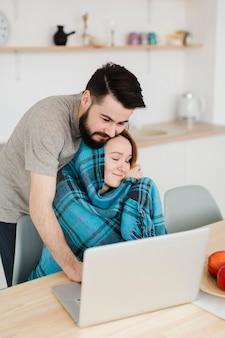 Mężczyzna i kobieta patrzeje laptop