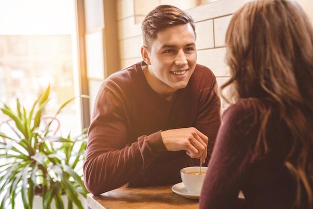 Mężczyzna i kobieta piją kawę w restauracji