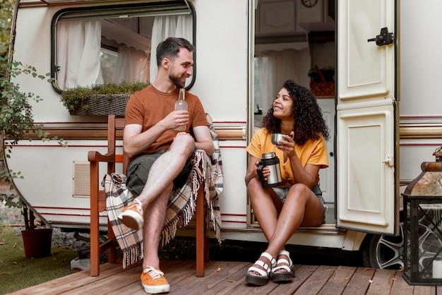Mężczyzna i kobieta pije kawę w naturze długie ujęcie