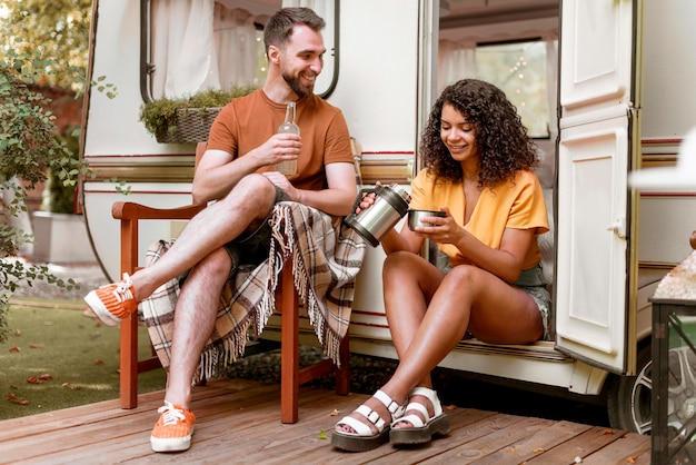 Mężczyzna i kobieta pije kawę w naturze