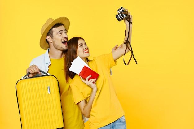 Mężczyzna i kobieta podróżnik z walizką, radość, paszport