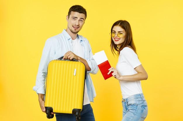 Mężczyzna i kobieta podróżnik z walizką, radością, paszportem