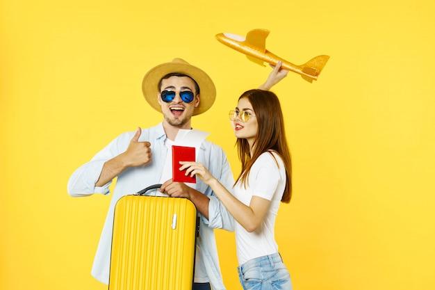 Mężczyzna i kobieta podróżnik z walizką