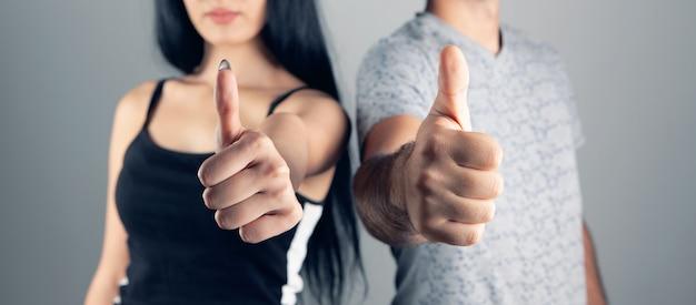 Mężczyzna i kobieta pokazując kciuk do góry
