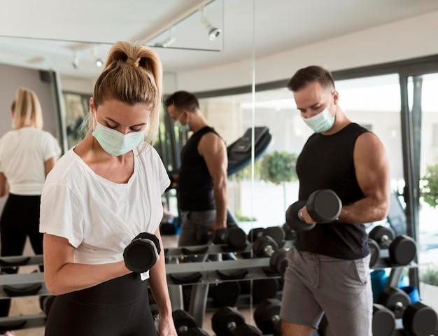 Mężczyzna i kobieta, pracując razem na siłowni