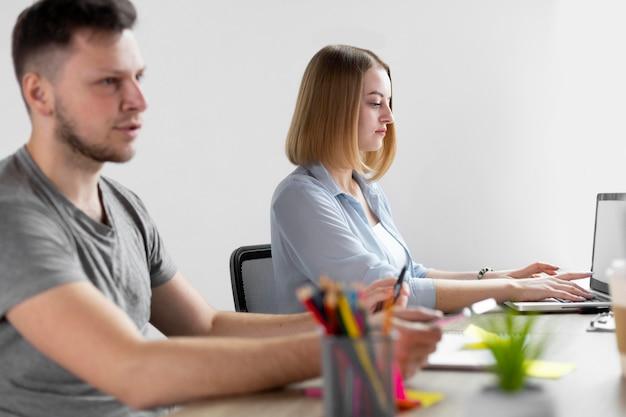 Mężczyzna i kobieta pracująca w biurze
