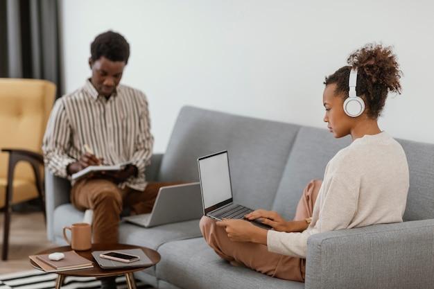 Mężczyzna i kobieta pracująca w domu