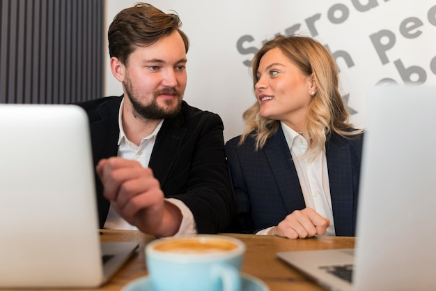 Mężczyzna i kobieta pracujący obok siebie