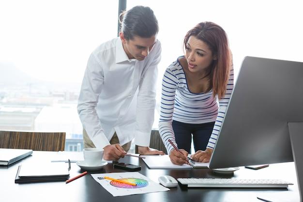 Mężczyzna i kobieta pracuje w biurze