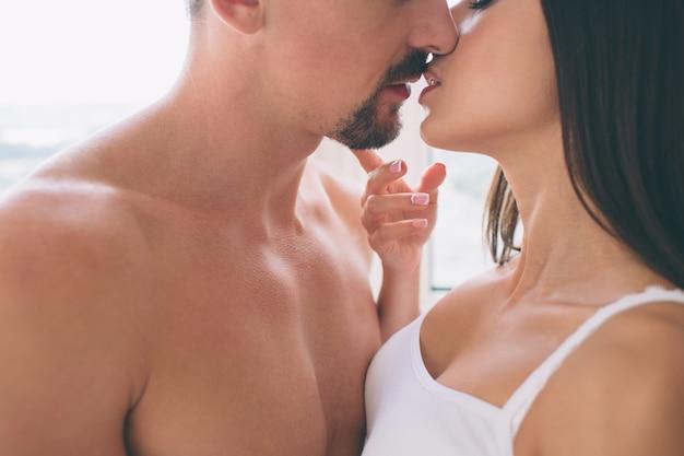 Mężczyzna i kobieta prawie się całują