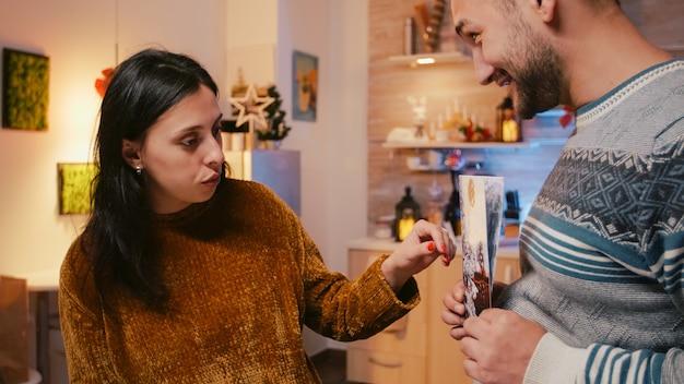 Mężczyzna i kobieta przygotowują kartkę świąteczną na świąteczną uroczystość