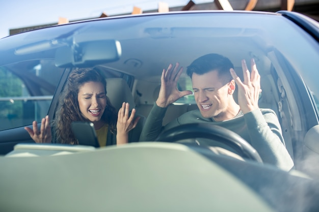 Mężczyzna i kobieta przysięgają w samochodzie