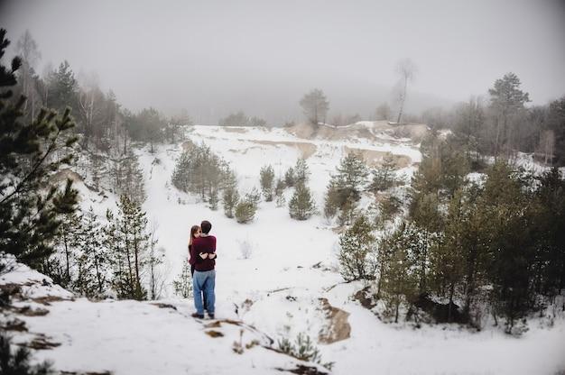 Mężczyzna i kobieta przytulają się w walentynki. młoda para romantyczny zabawy na świeżym powietrzu w winter park