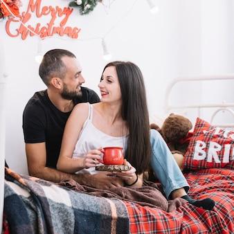 Mężczyzna I Kobieta Przytulanie Na łóżku Darmowe Zdjęcia