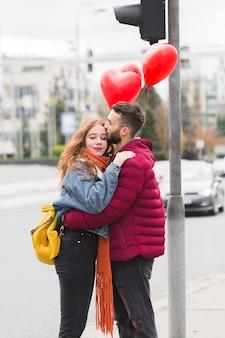 Mężczyzna i kobieta przytulanie średni strzał