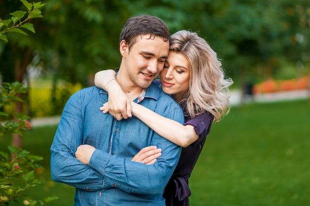Mężczyzna i kobieta przytulanie w parku