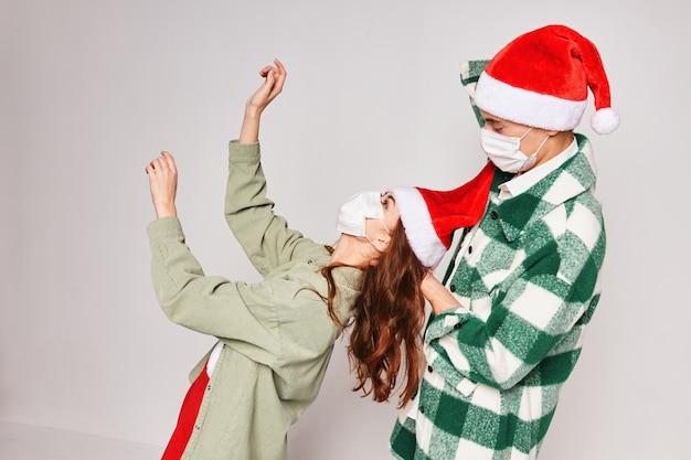 Mężczyzna i kobieta razem świętować nowy rok maska medyczna przyjaźni