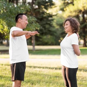 Mężczyzna i kobieta razem trenują