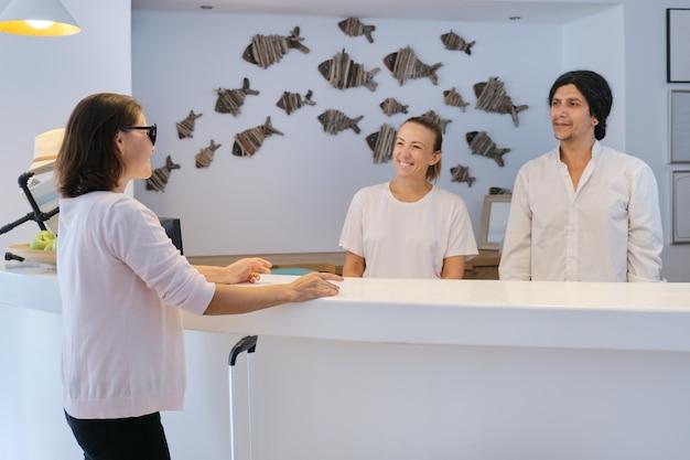 Mężczyzna i kobieta recepcjonistki w miejscu pracy