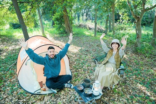 Mężczyzna i kobieta robią pamiątkowe zdjęcia w obozie