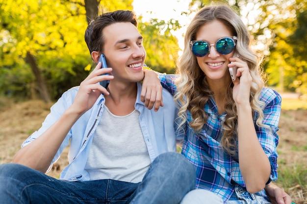 Mężczyzna i kobieta rozmawia przez telefon