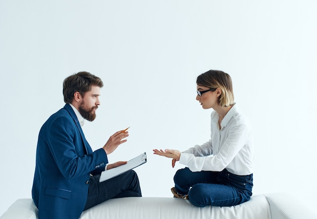 Mężczyzna i kobieta rozmawia siedząc na kanapie współpracowników. zdjęcie wysokiej jakości