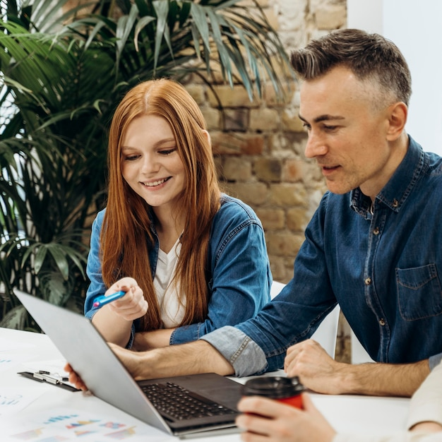 Mężczyzna i kobieta rozmawiają o nowym projekcie