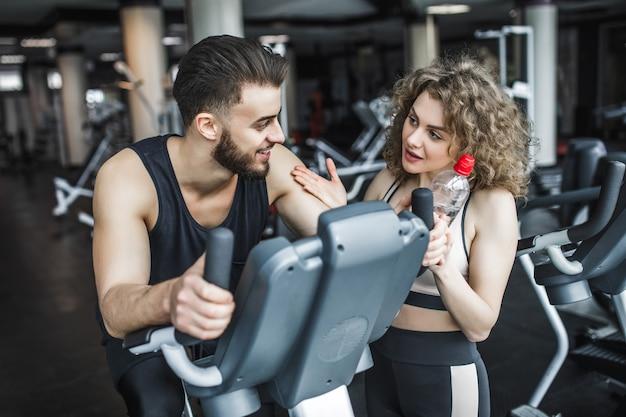 Mężczyzna i kobieta rozmawiają po treningu