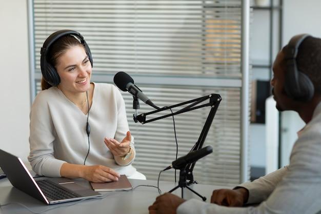 Mężczyzna i kobieta rozmawiają w podcastie