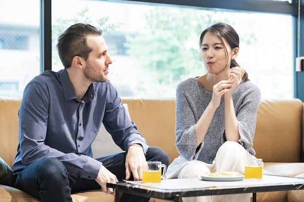 Mężczyzna i kobieta rozmawiają z uśmiechem