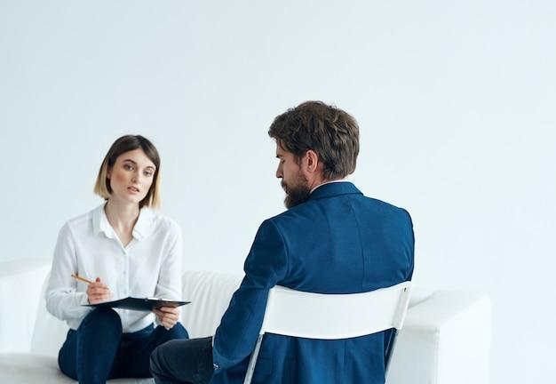 Mężczyzna i kobieta rozmowa kwalifikacyjna psychologia pracy. zdjęcie wysokiej jakości