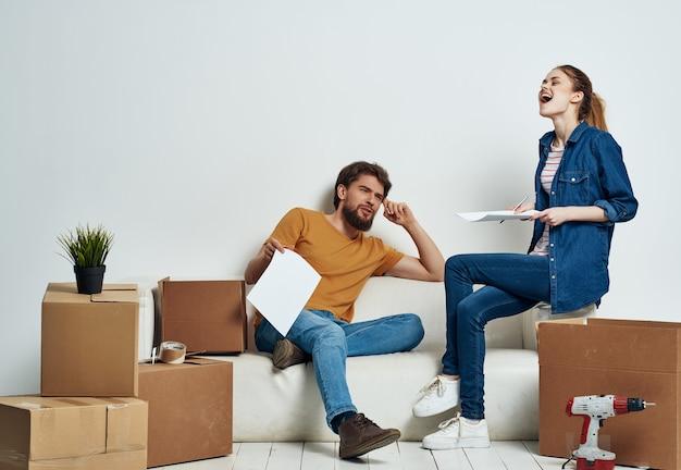 Mężczyzna i kobieta rozpakowujący pudełka parapetówkę styl życia