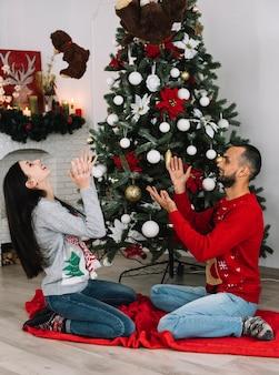Mężczyzna i kobieta rzuca się miękkie zabawki