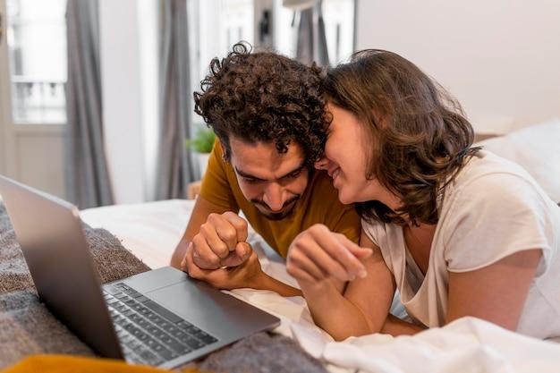 Mężczyzna i kobieta są razem przytulni w domu