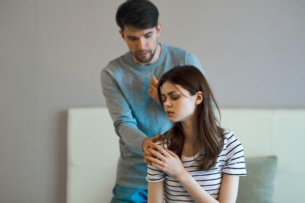 Mężczyzna i kobieta siedzą na łóżku i rozmawiają o związku, prawdziwej kłótni