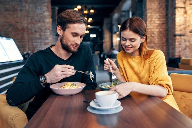 Mężczyzna i kobieta siedzą w kawiarni