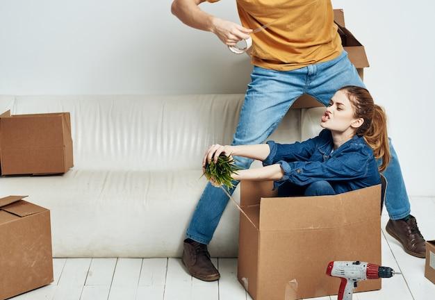 Mężczyzna i kobieta siedzi na kanapie w nowym mieszkaniu