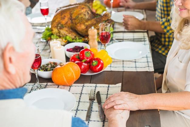 Mężczyzna i kobieta siedzi przy stole