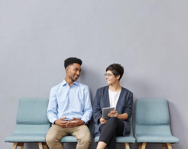 Mężczyzna i kobieta siedzi w poczekalni