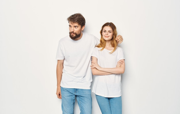 Mężczyzna i kobieta stoją obok t-shirtów rodzinnego stylu życia na co dzień.