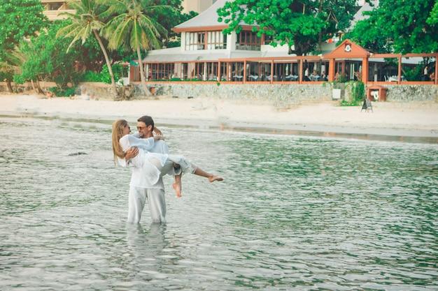 Mężczyzna i kobieta stojąc w wodzie i przytulanie