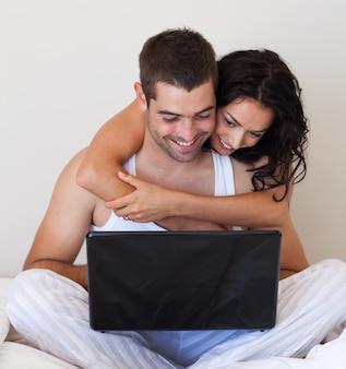 Mężczyzna i kobieta surfowania w internecie