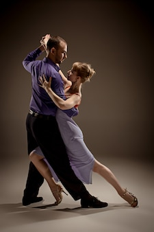 Mężczyzna i kobieta tańczą tango argentyńskie