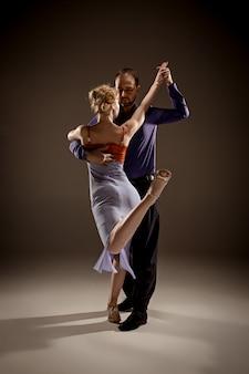 Mężczyzna i kobieta tańczy tango argentyńskie